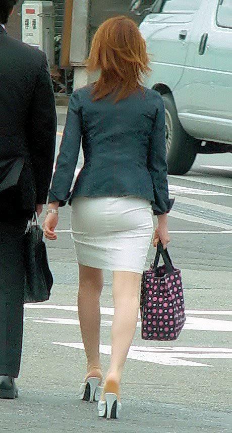 パンツスーツやタイトスカートを履いたOLお姉さんのお尻を追っかける街撮りエロ画像 570