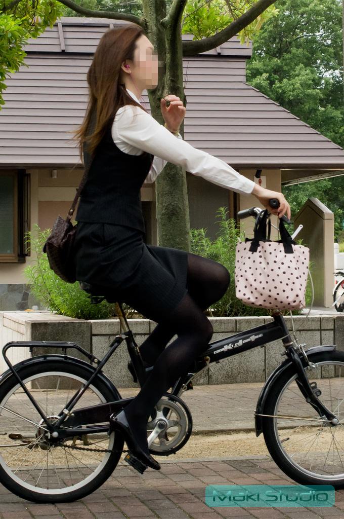 自転車を漕ぐ太ももの汗の匂いが気になる素人OLの街撮りエロ画像 631