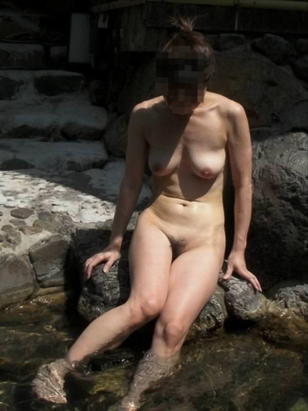不倫旅行先の露天風呂で開放的になってて全裸ヌード撮影しちゃう人妻熟女の露出エロ画像 632
