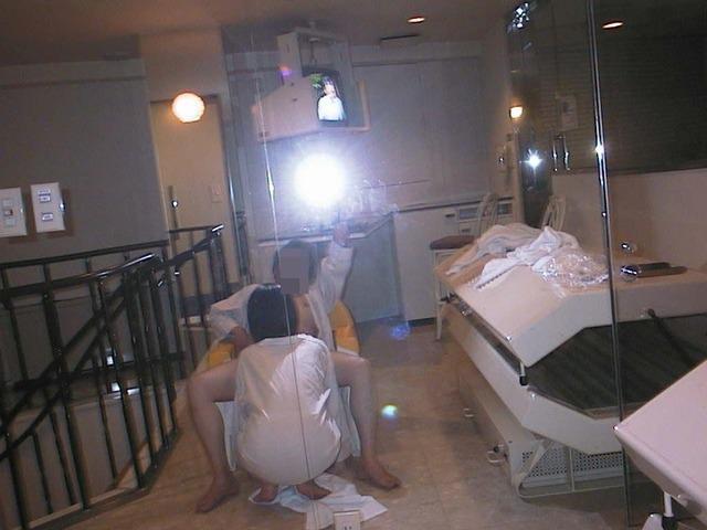鏡の前でスパンスパン腰を振ってハメ撮りしてるエロ画像 666