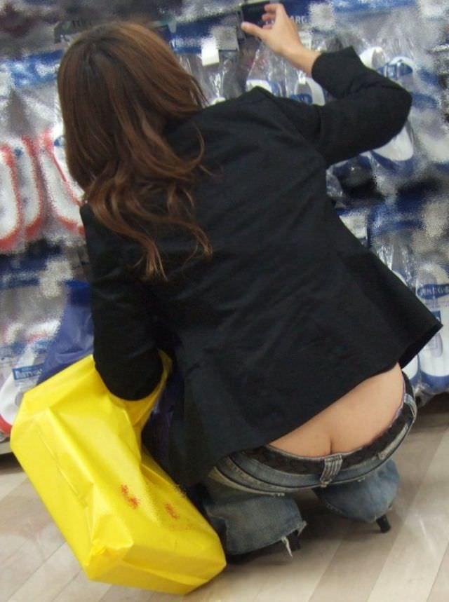 しゃがんでパンツからお尻が見えちゃってる素人娘達の街撮りエロ画像 675