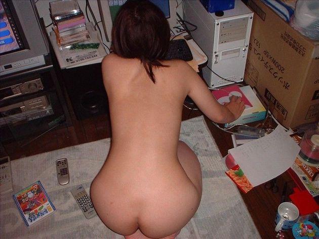 彼女が俺んちでセクロスした後に下着でくつろいでるからお尻ドアップを激写したエロ画像 69