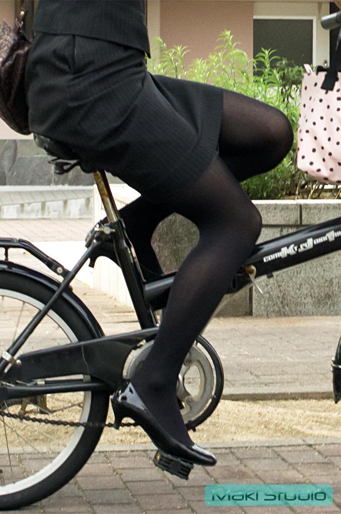 自転車を漕ぐ太ももの汗の匂いが気になる素人OLの街撮りエロ画像 730