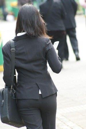 パンツスーツやタイトスカートを履いたOLお姉さんのお尻を追っかける街撮りエロ画像 768