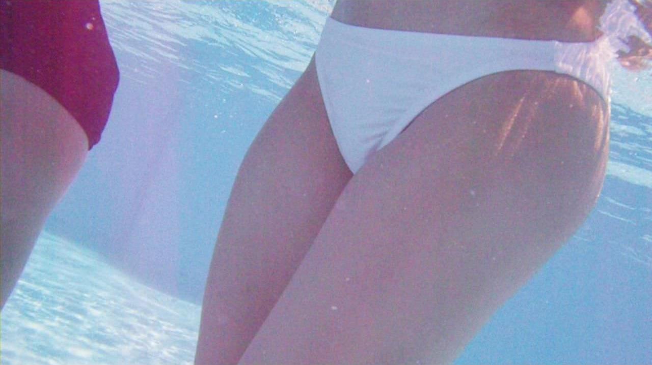 ビキニ女子が撮られてるとも知らずに油断してる水中のお尻エロ画像 785