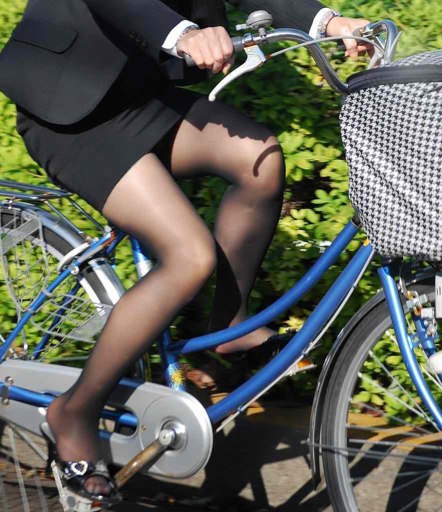 自転車を漕ぐ太ももの汗の匂いが気になる素人OLの街撮りエロ画像 831