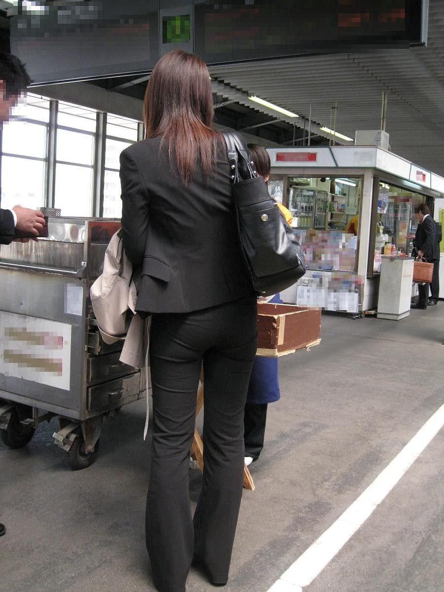 パンツスーツやタイトスカートを履いたOLお姉さんのお尻を追っかける街撮りエロ画像 870