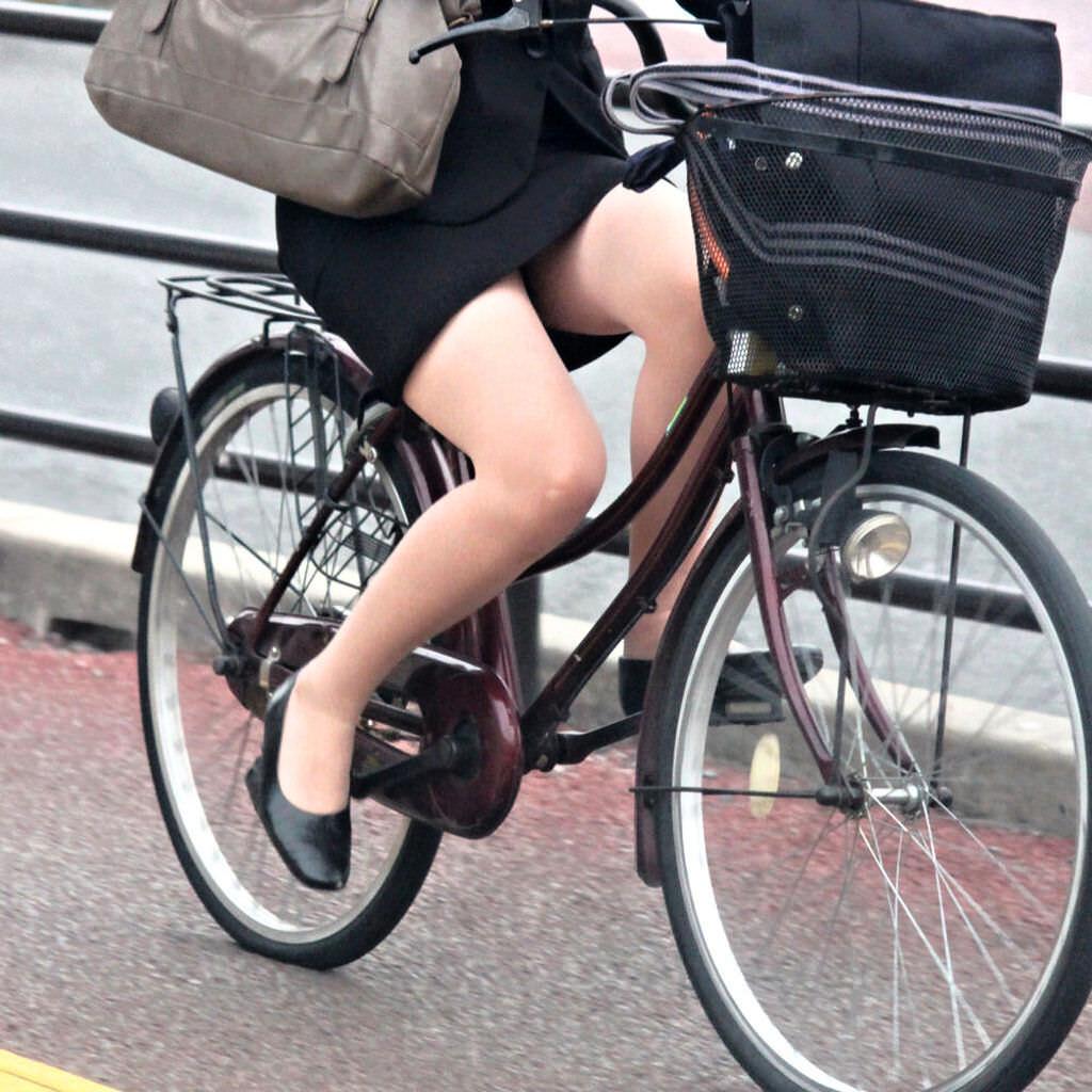 自転車を漕ぐ太ももの汗の匂いが気になる素人OLの街撮りエロ画像 931