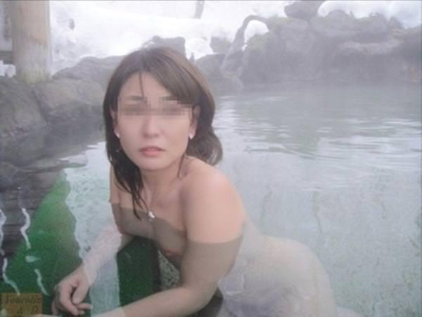 不倫旅行先の露天風呂で開放的になってて全裸ヌード撮影しちゃう人妻熟女の露出エロ画像 932