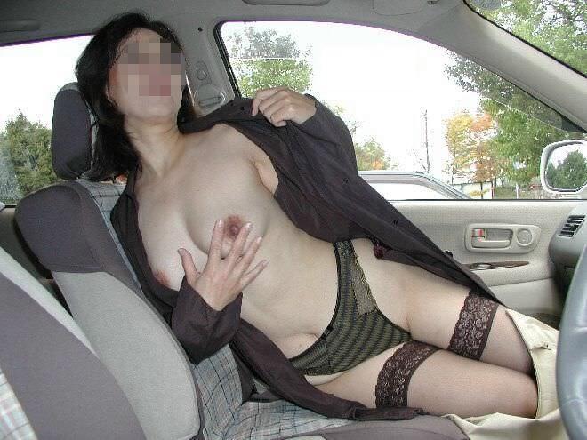 旦那が仕事中に家を抜けだして間男と不倫カーセックスしてる人妻熟女のエロ画像 962