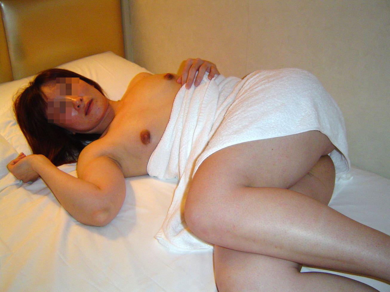 くびれが無くておっぱいが垂れてるムッチリ熟女がエッチ過ぎる人妻エロ画像 965
