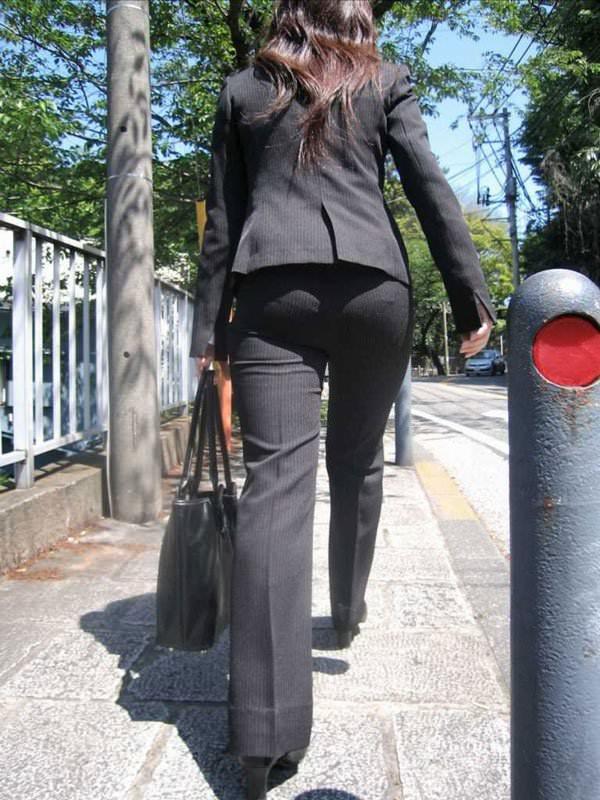 パンツスーツやタイトスカートを履いたOLお姉さんのお尻を追っかける街撮りエロ画像 970