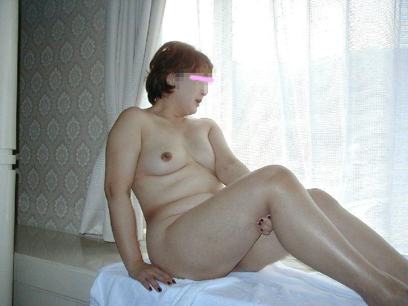 贅肉が肉々しい人妻熟女のおっぱいとかエッチな姿を集めたエロ画像 98