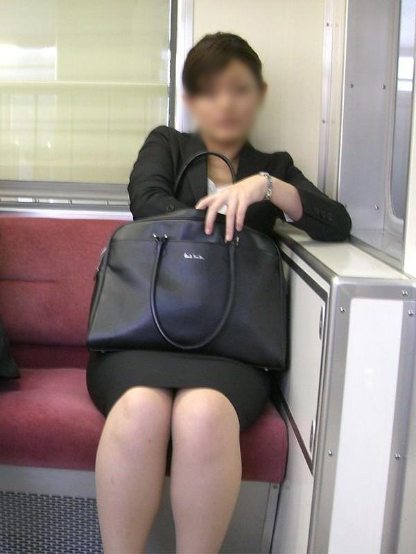 パンチラやストッキングから発するOL独特の女臭さが鼻からチンポを刺激する街撮りエロ画像 10