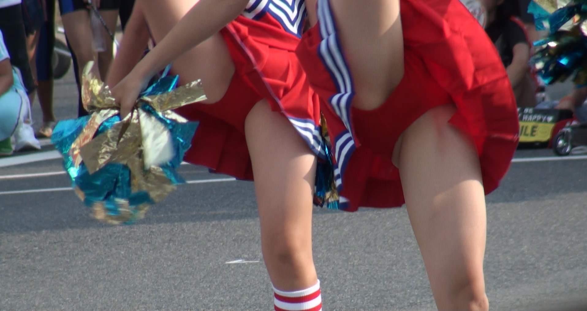 チアガールが張り切って足を上げた瞬間を捉えた股間のエロ画像 1018