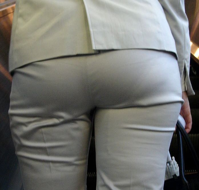 お尻がはち切れそうになってるパンツスーツのOL街撮りエロ画像 1030