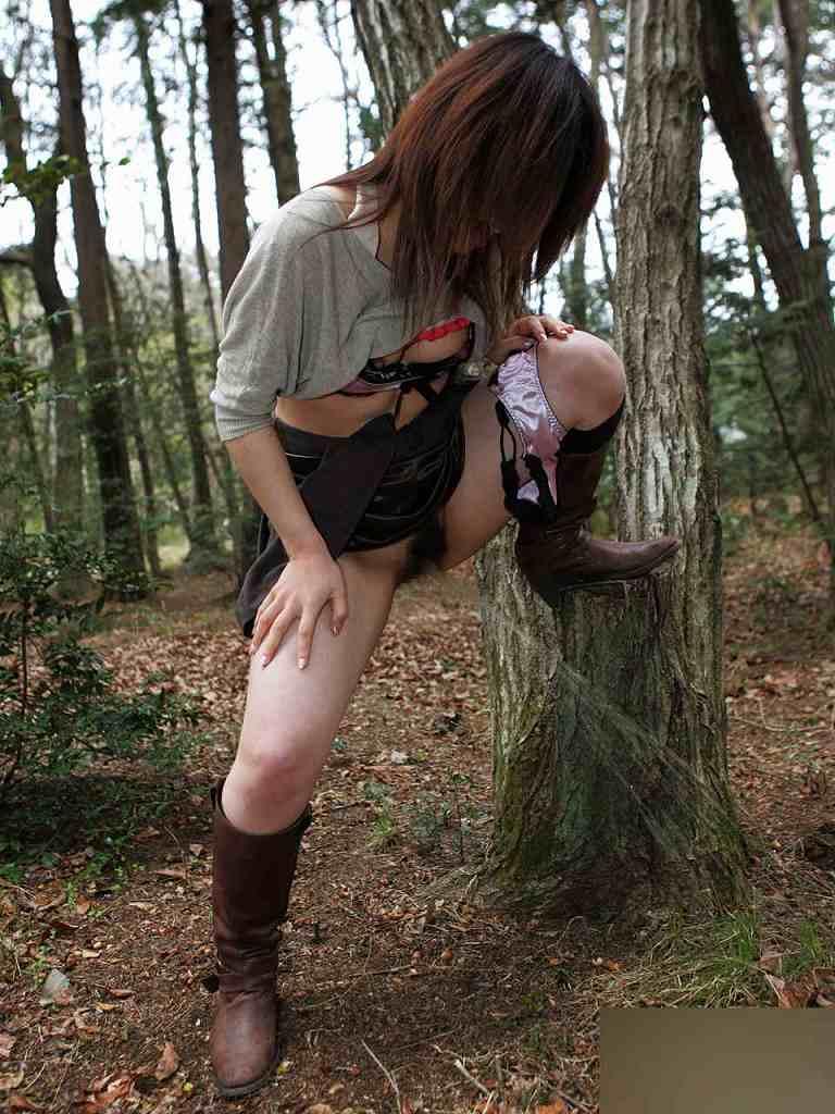 尿意に耐え切れずに女の恥を捨て露出オシッコしてる放尿エロ画像 1031