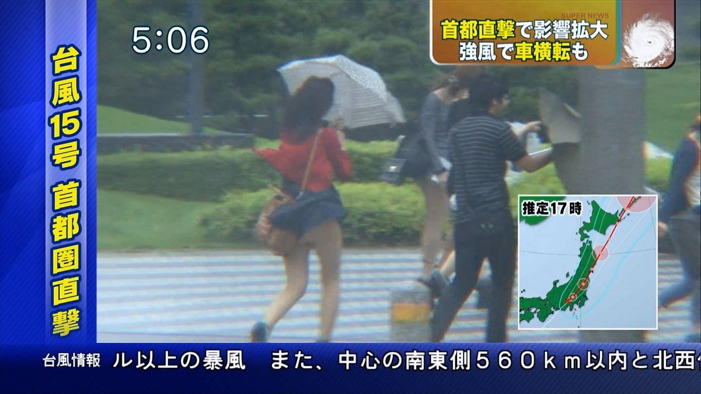 TVニュースの台風中継で映ったガチ素人のパンチラや透けブラエロ画像 1048