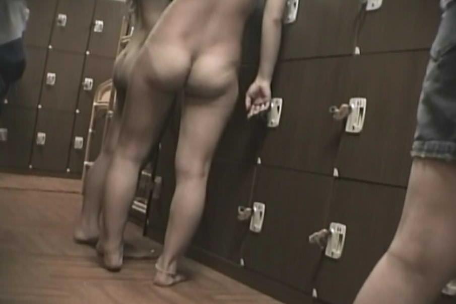 若い女の子が銭湯の脱衣所で服を脱ぐ姿を隠し撮りした素人エロ画像 1058
