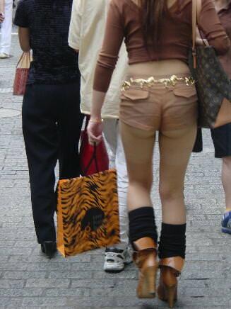 おっぱいよりもお尻をアピールする女子の街撮りエロ画像 1079
