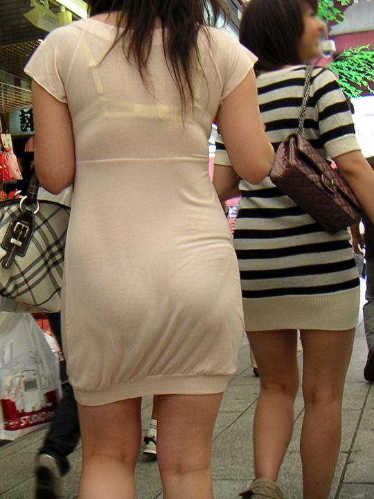 透けやすい素材の服を着る女子の透けブラや透けパンチラしてる街撮りエロ画像 11101