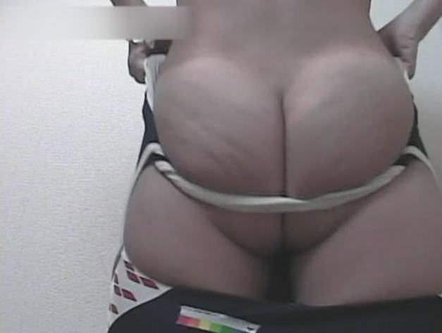 生理中のギャルがタンポン変えてる姿をトイレで隠し撮りされたエロ画像 11121