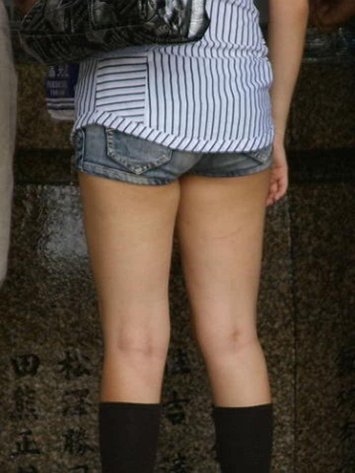 ホットパンツでむっちりしたお尻と太ももを楽しませてくれる街撮りエロ画像 1124