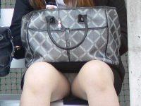 お昼休みの休憩中に座ってるOLのスーツからチラ見えするパンチラ街撮りエロ画像