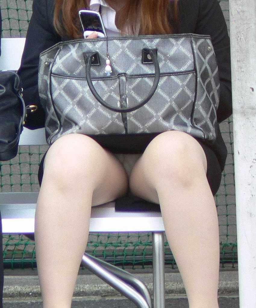 お昼休みの休憩中に座ってるOLのスーツからチラ見えするパンチラ街撮りエロ画像 1152