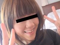 素人のパイパン娘がホテルでパンツ脱いでおまんこ撮影するエロ画像