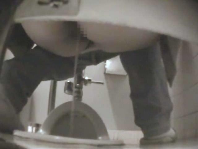 公衆トイレの扉の隙間から撮影されたガチ素人女子の放尿エロ画像 1202