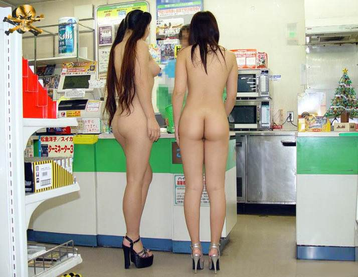 ガチコンビニで裸になって買い物する変態露出狂女のエロ画像 12100