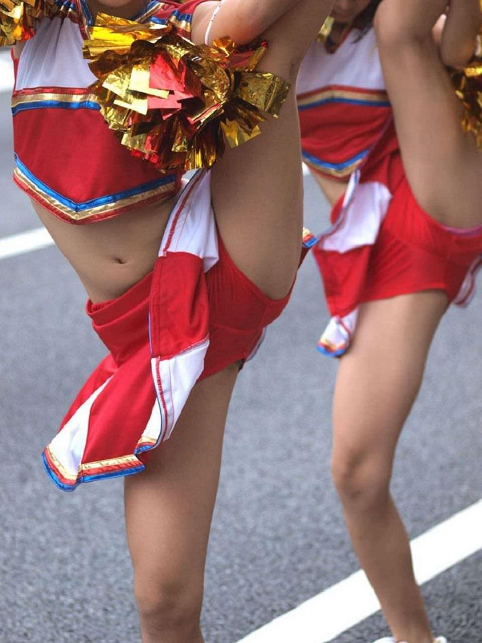チアガールが張り切って足を上げた瞬間を捉えた股間のエロ画像 1220
