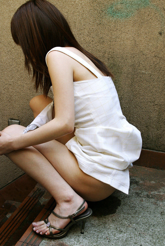 尿意に耐え切れずに女の恥を捨て露出オシッコしてる放尿エロ画像 1233