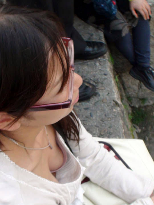 サングラスしてるギャルが薄着でおっぱい胸チラしてる街撮りエロ画像 1237