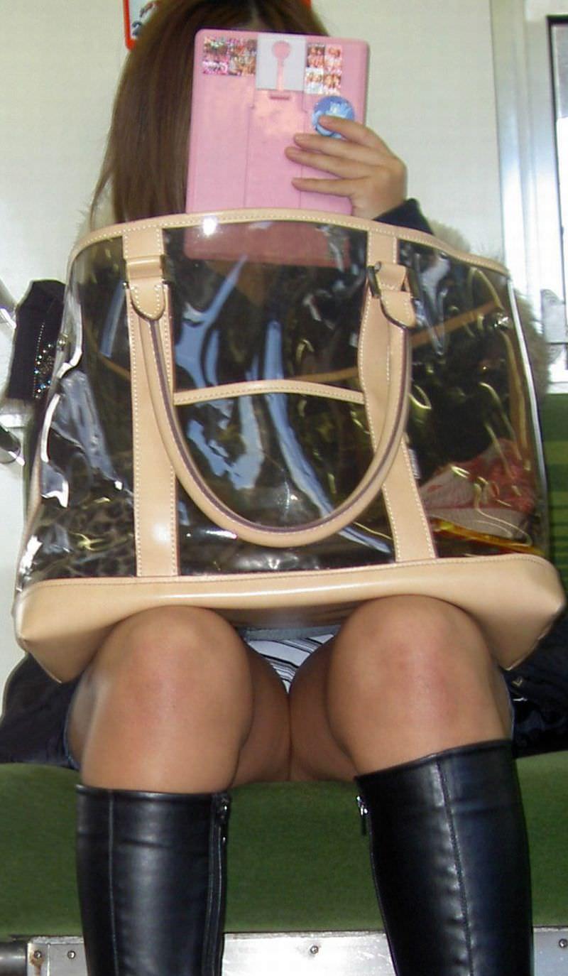 電車のシートに座って油断してる素人娘たちの股間から覗くパンチラ画像 1247