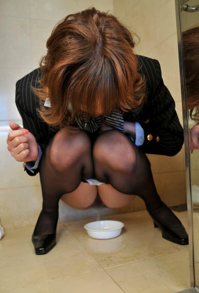 いっぱい膀胱に溜め込んだおしっこをビシャーっと開放する放尿女子のエロ画像 125