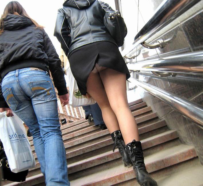 スカートのスリットから覗くパンチラに築いていないお姉さんの街撮りエロ画像 1256