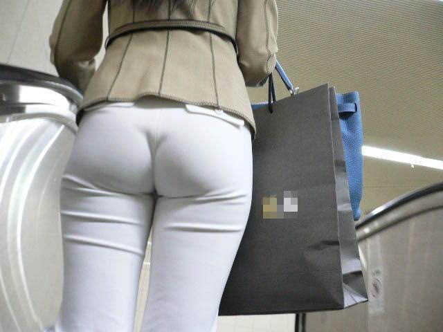 お尻がはち切れそうになってるパンツスーツのOL街撮りエロ画像 1330