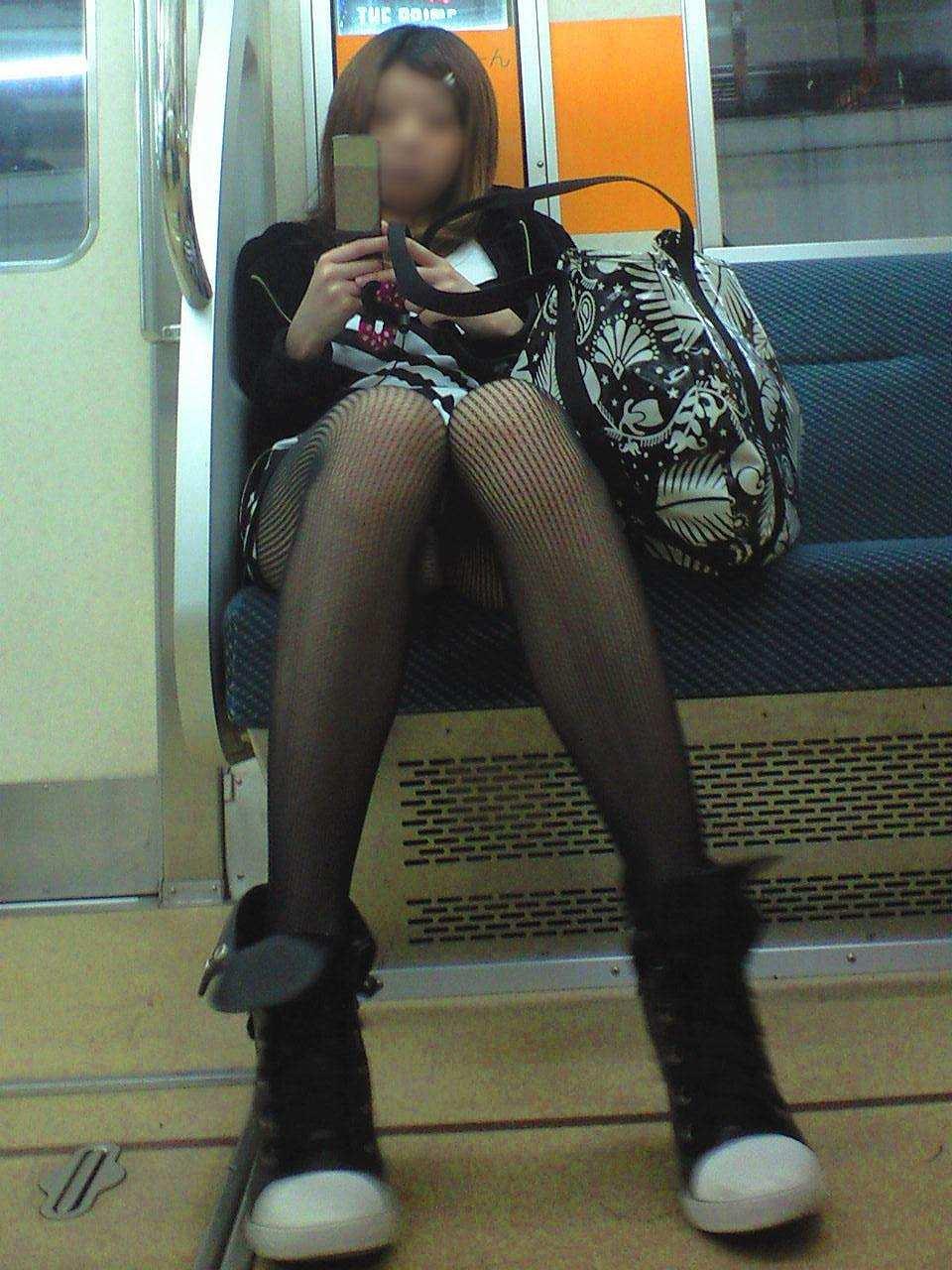 電車のシートに座って油断してる素人娘たちの股間から覗くパンチラ画像 1345