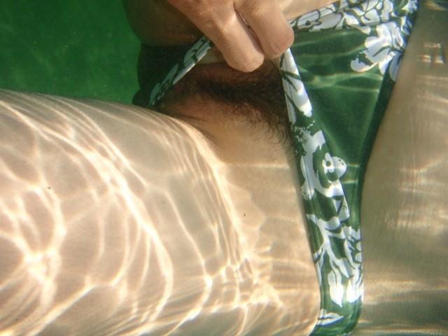 まさかプールで水中内を撮影されてるとは知らない素人娘たちのお尻やおっぱいのエロ画像 1380