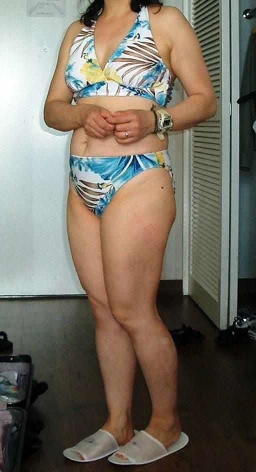 おばさんなのに背伸びしてビキニ着てるセクシーな人妻熟女エロ画像 142