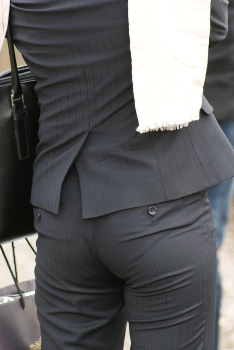 お尻がはち切れそうになってるパンツスーツのOL街撮りエロ画像 1430