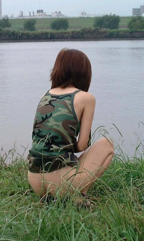 尿意に耐え切れずに女の恥を捨て露出オシッコしてる放尿エロ画像 1431