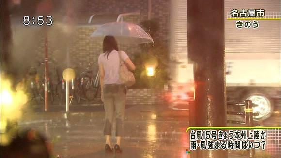 TVニュースの台風中継で映ったガチ素人のパンチラや透けブラエロ画像 1448