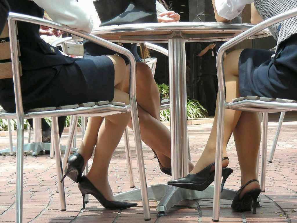 お昼休みの休憩中に座ってるOLのスーツからチラ見えするパンチラ街撮りエロ画像 1535