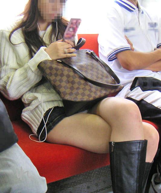 電車のシートに座って油断してる素人娘たちの股間から覗くパンチラ画像 1543