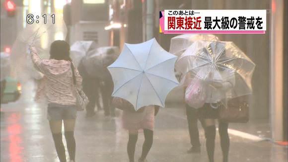 TVニュースの台風中継で映ったガチ素人のパンチラや透けブラエロ画像 1546