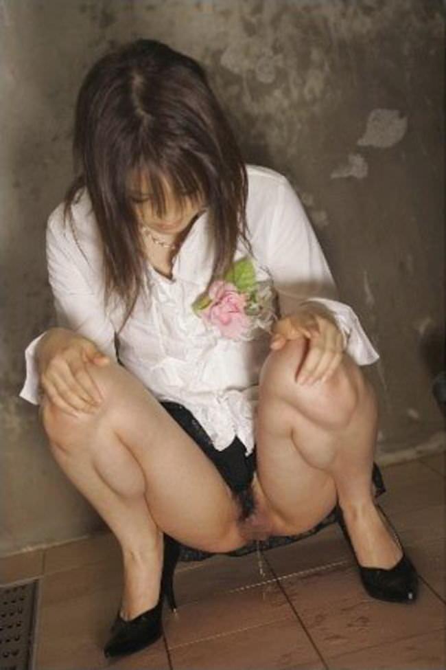 いっぱい膀胱に溜め込んだおしっこをビシャーっと開放する放尿女子のエロ画像 155