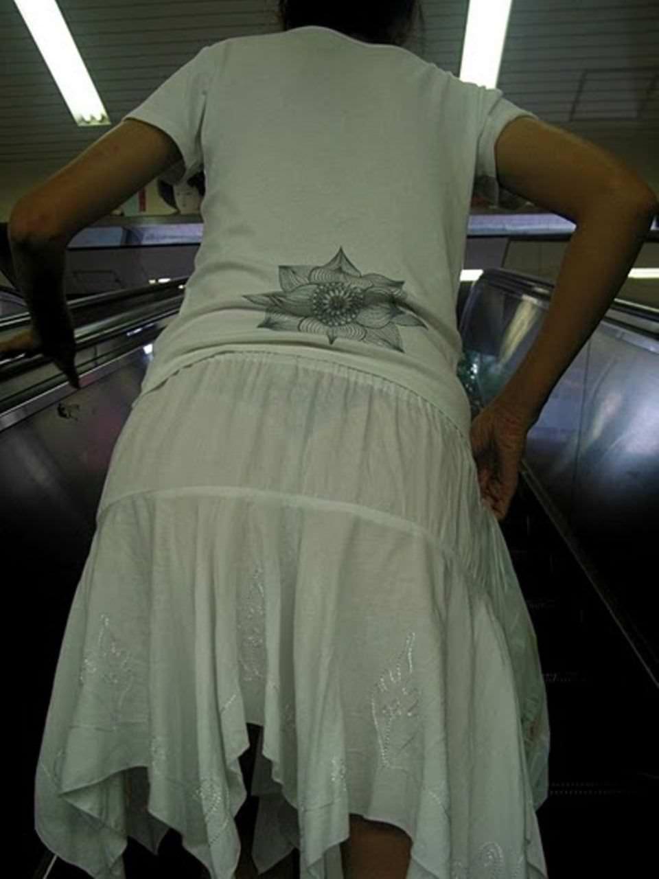 透けやすい素材の服を着る女子の透けブラや透けパンチラしてる街撮りエロ画像 1560